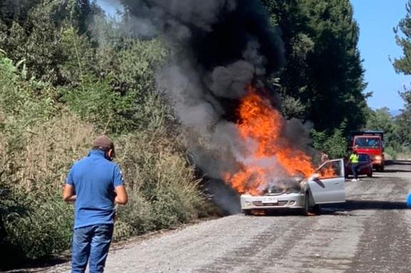 Vehículo se incendió por completo en cercanías de Los Ángeles