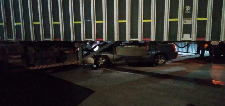 Los Ángeles: Conductor ebrio salva de milagro tras quedar debajo de un camión