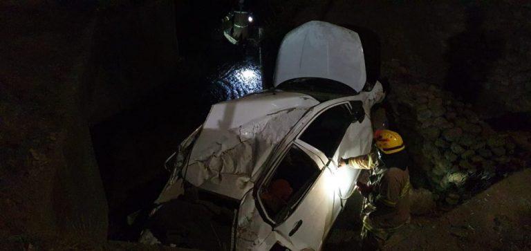 Santa Bárbara: Conductor cae a canal de regadío a más de 2 metros de profundidad