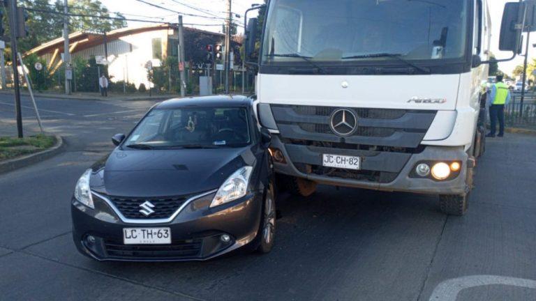 Los Ángeles: Camión recolector de basura colisiona con auto en Sor Vicenta