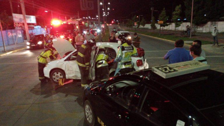 Los Ángeles: Conductor queda atrapado en el vehículo tras colisión con colectivo
