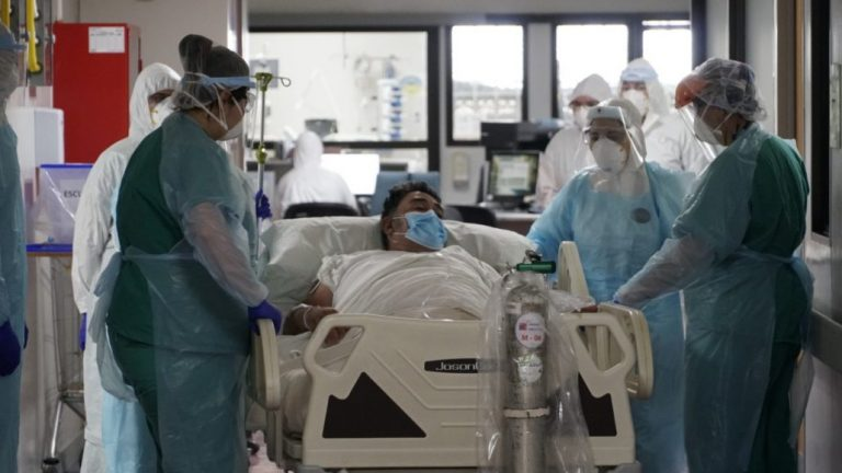 Los Ángeles se queda sin camas UCI: Si llega grave, podría morir esperando atención