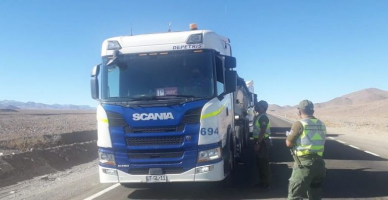 Dos carabineros fueron atropellados por un camión mientras realizaban controles de tránsito