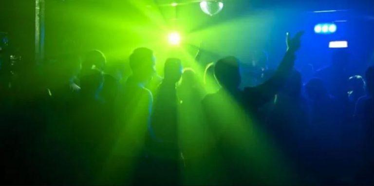 Dueño de sello musical participaba de fiesta clandestina con 11 personas