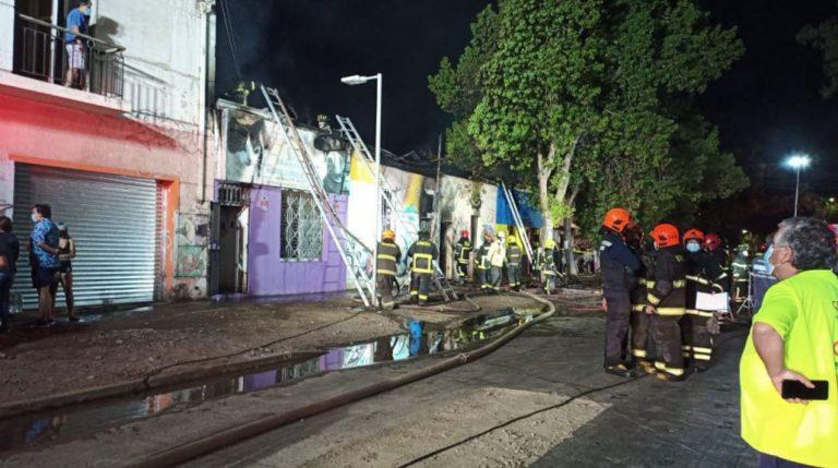 Incendio afectó a tres casas en Santiago: dos adultas mayores fallecieron