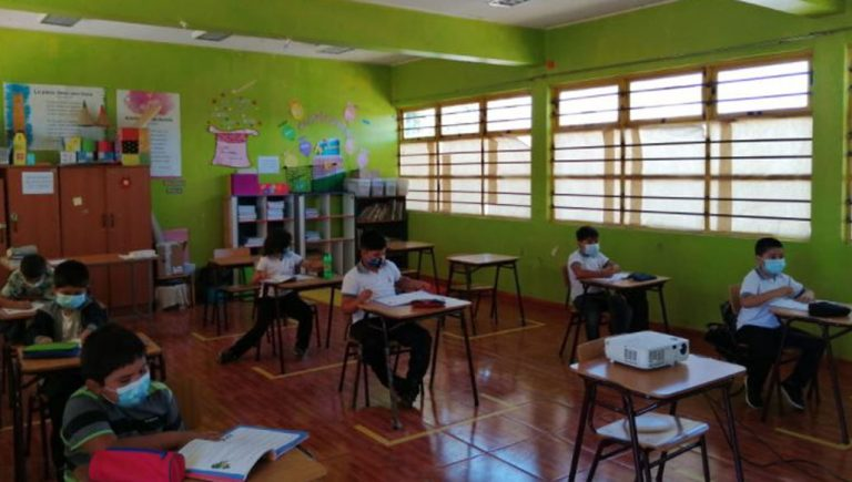 Colegio Médico solicitó al Gobierno que clases presenciales se realicen desde Fase 3