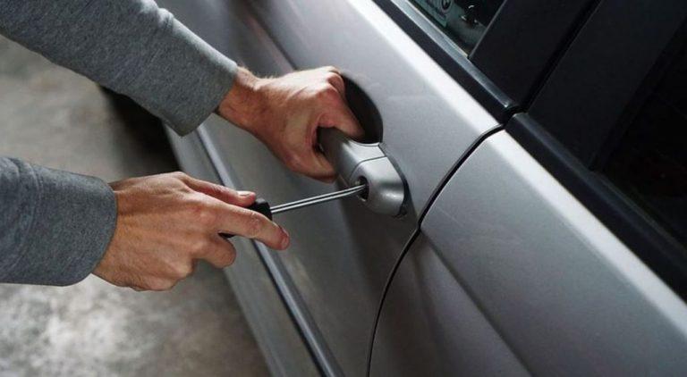 Detienen a tres sujetos por robar especies de un auto: GPS de un notebook los 'delató'