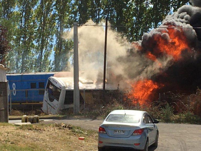 Cabrero: Dos muertos y tres heridos deja colisión de tren con bus