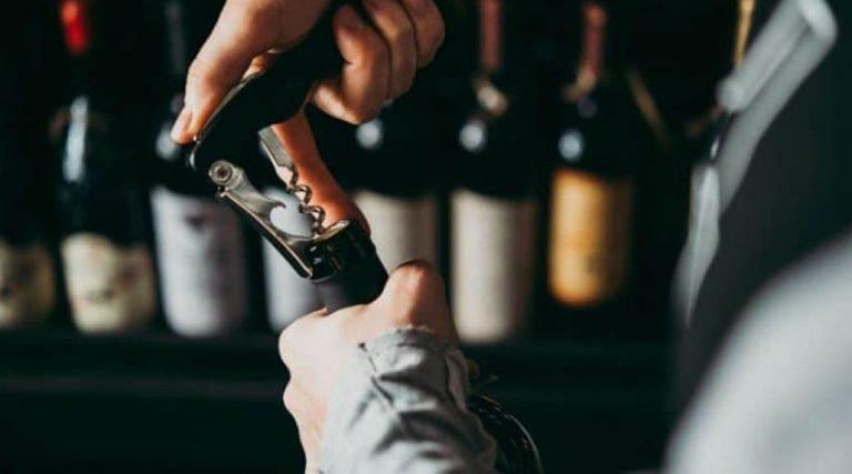 Sujeto sorprendido robando en un restaurant se tomó botella de vino 'al seco' antes de ser detenido