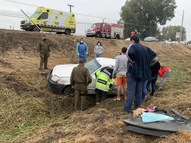Los Ángeles: Conductor vuelca y cae a zanja de 4 metros