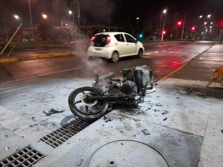 Los Ángeles: Moto en llamas y conductor grave deja colisión