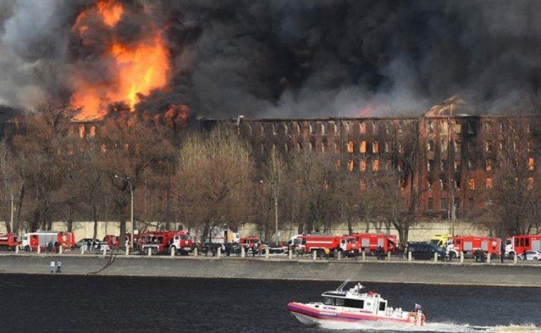Mega incendio en Rusia destruye fábrica: Un bombero murió