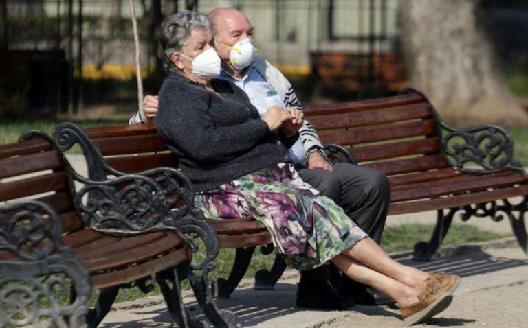 Mayores de 75 años en comunas en cuarentena tienen permiso adicional para salir a caminar