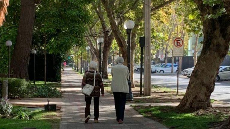 Adultos mayores sobre 80 años tendrán franja especial para compras esenciales sin permiso temporal