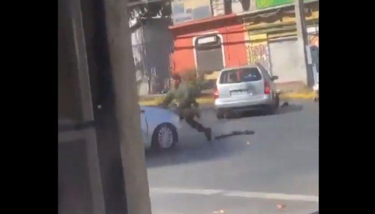 Registran accidentada detención de Carabineros: funcionario fue atropellado por otro colega