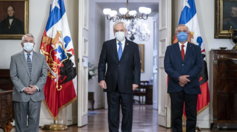 «Absurdo e injusto»: Mañalich respalda a ministro Paris por críticas al manejo de la pandemia