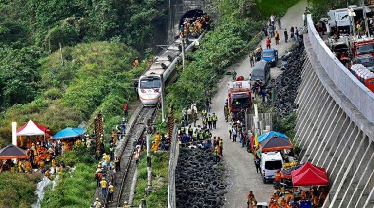 Dramático accidente en Taiwán: tren descarriló y provocó la muerte de al menos 50 personas