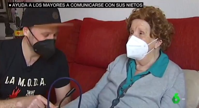 «Amor de nieto»: creó dispositivo para que su abuela pueda hablar con toda la familia en pandemia