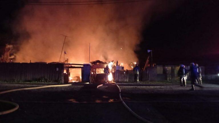 Incendio destruye 2 viviendas en Los Ángeles
