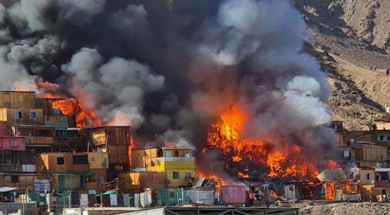 Incendio en campamento de Antofagasta: hay cerca de 35 casas totalmente afectadas