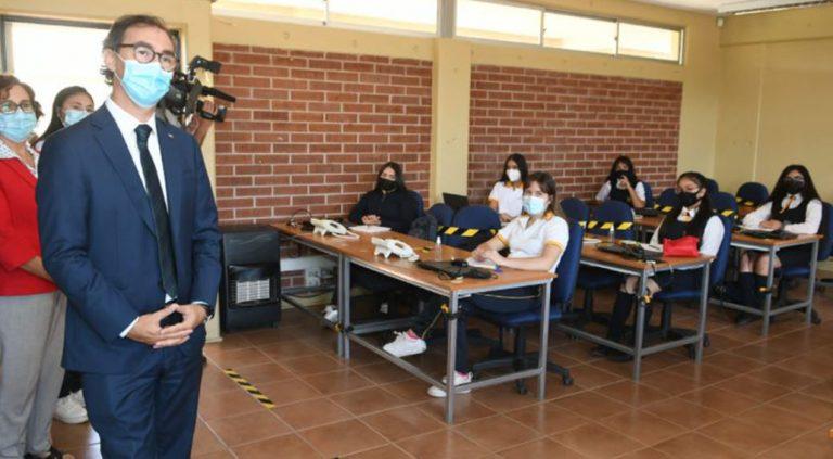 Más de 350 alumnas a cuarentena preventiva por casos covid en colegio: ministro Figueroa es apoderado