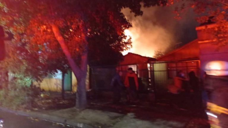 Dos viviendas quemadas y un muerto en incendio en Los Ángeles