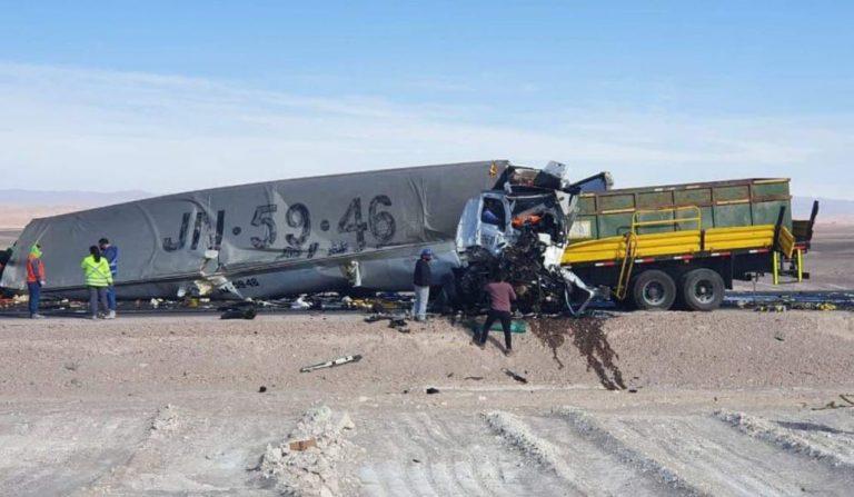 Brutal colisión frontal de camiones en el norte: reportan tres fallecidos y una persona en riesgo vital