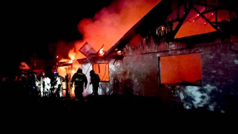 Voraz incendio destruye por completo una casa en Los Ángeles