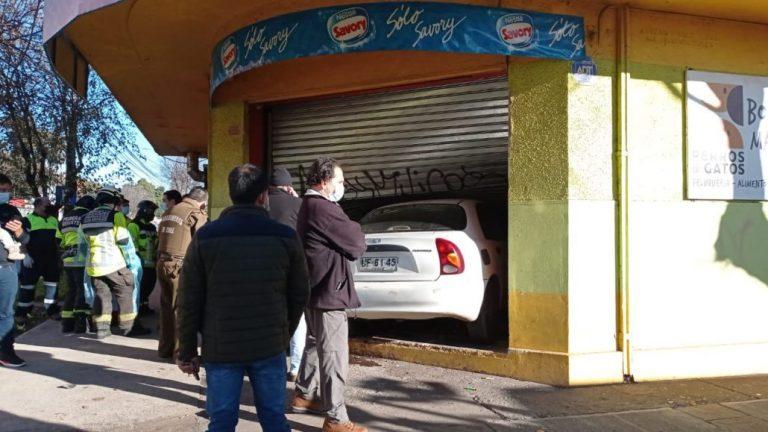 Colisión termina con auto estrellado en La Campiña de Los Ángeles
