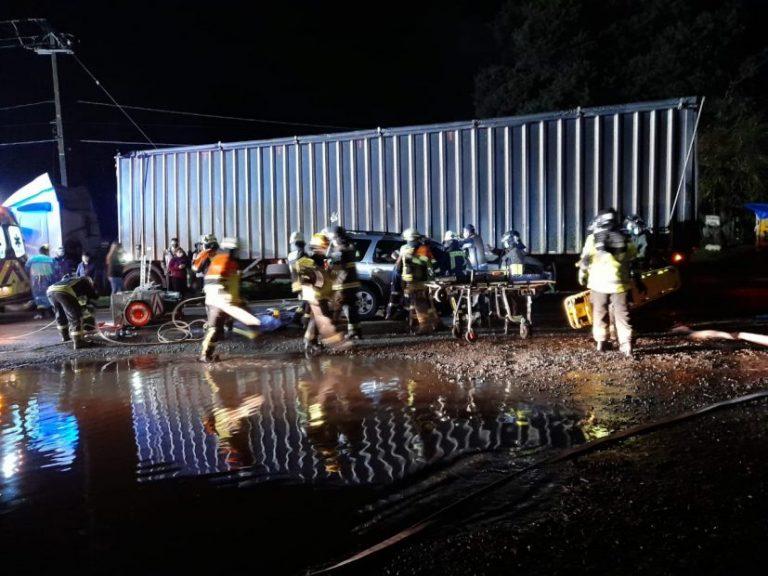 Un herido grave deja accidente de vehículo con un camión en Los Ángeles
