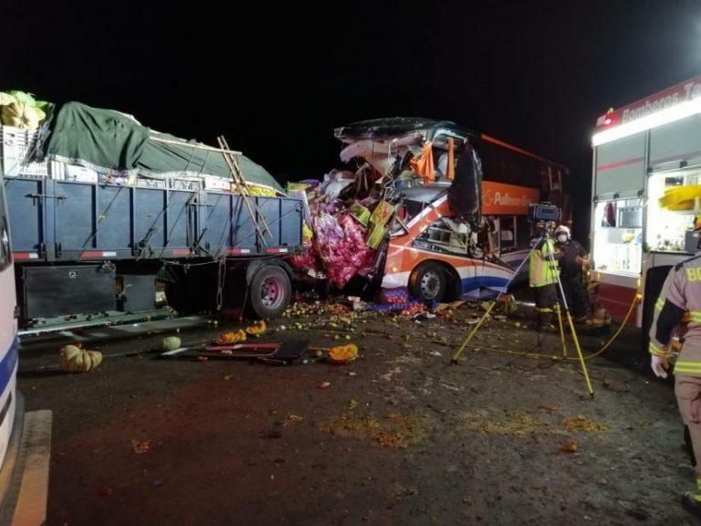 5 muertos y 31 heridos deja colisión de bus Pullman con camión de frutas