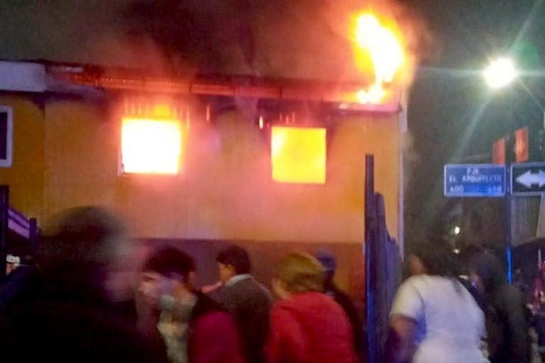 Incendio de proporciones afecta a una casa en Los Ángeles
