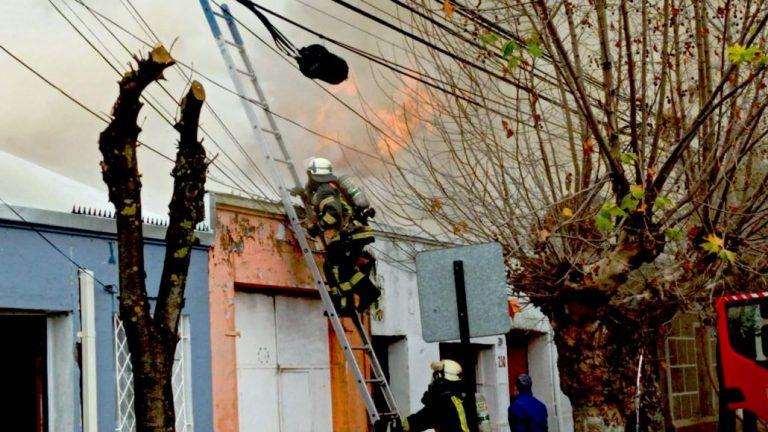 Incendio de proporciones destruye dos viviendas en Los Ángeles
