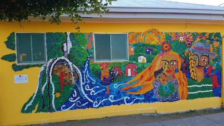 Vecinos hacen mural en Yumbel con 12 mil tapitas plásticas