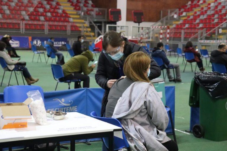 Más de 800 personas se vacunaron este sábado en el Polideportivo