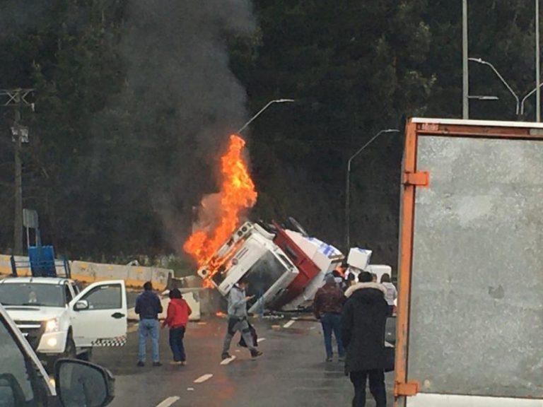 Camión vuelca y se incendia en ingreso a la comuna de Tomé
