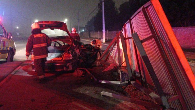 Dos lesionados deja choque contra un paradero en Los Ángeles