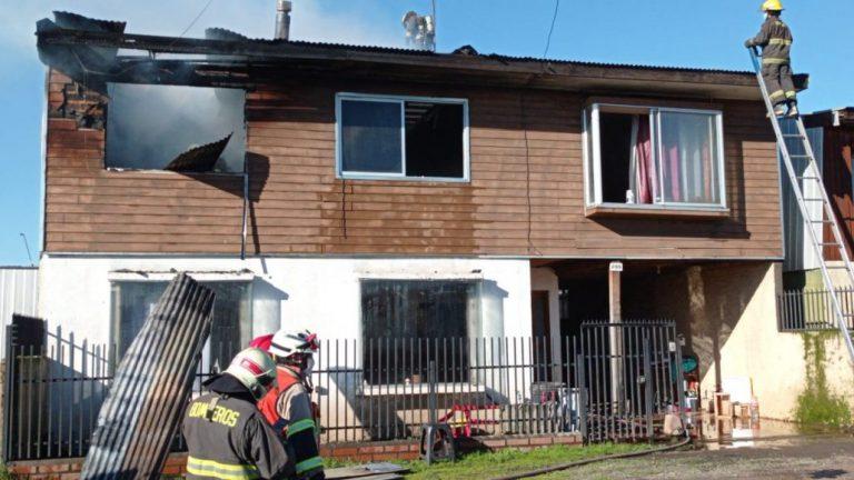 Incendio destruye el segundo piso de una vivienda en Los Ángeles