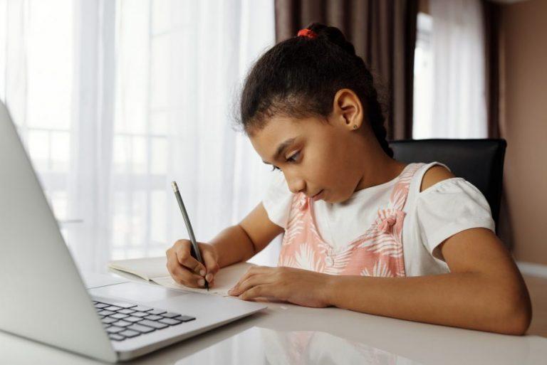 ¿Cómo acceder a un PC gratuito de Junaeb para mi hijo?