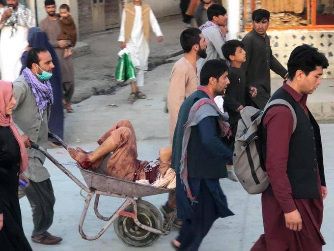 Más de 40 muertos dejan 2 explosiones cerca del aeropuerto de Kabul