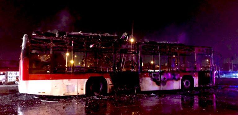 Sujetos con arma de grueso calibre quemaron bus en la región Metropolitana
