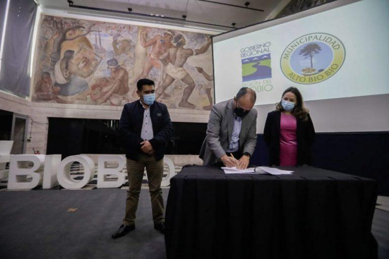 Gobernador Regional firma compromiso para camión limpia fosas en Alto Biobío