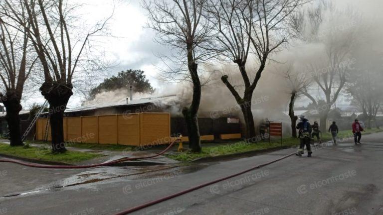 Incendio afecta a casa con local comercial en Los Ángeles