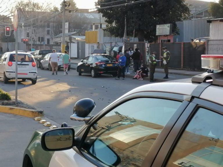 Automóvil y taxi colectivo colisionan en pleno centro de Los Ángeles