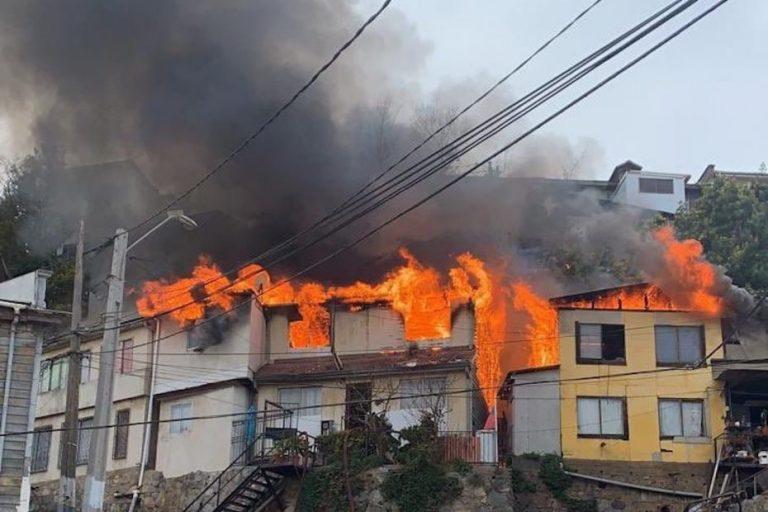 Incendio en Valparaíso ha destruido 5 viviendas y sigue sin control