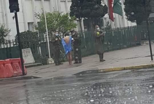 Hombre apuñalado no quiso ser atendido y salió del Hospital de Los Ángeles con ropa clínica