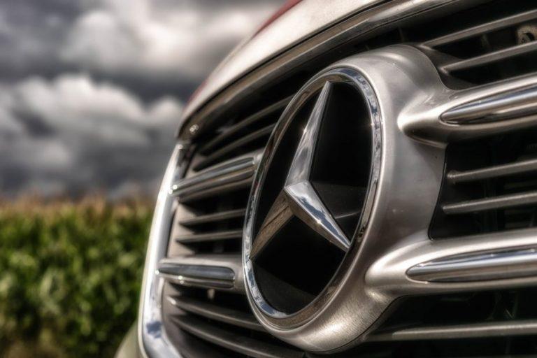 Detienen delincuentes a bordo de un Mercedez Benz en Los Ángeles