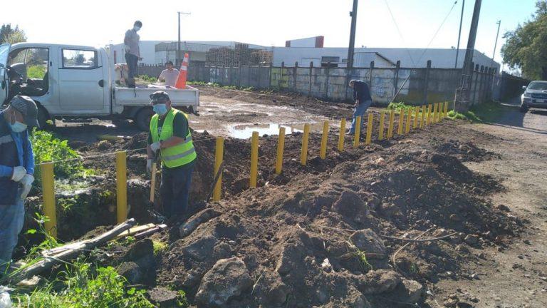 Municipalidad instala bolardos para evitar basurales en ex línea férrea