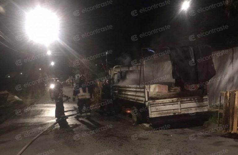 Investigan posible intencionalidad en incendio a camión en Paillihue