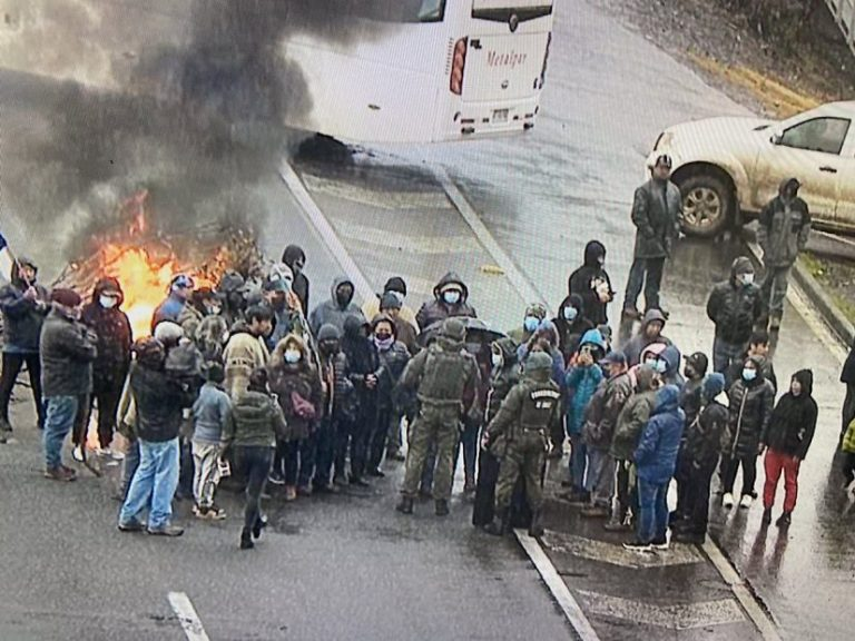Comuneros mapuche se toman la Ruta 5 en Ercilla por mal estado de caminos